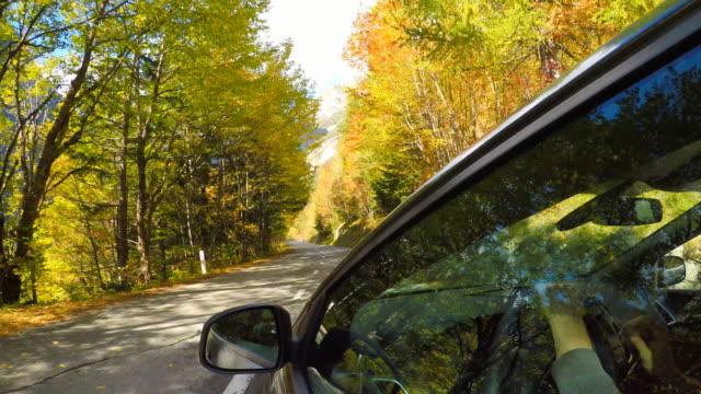vidéos et rushes de conduite sur un col de montagne sur une journée ensoleillée en automne - route de campagne