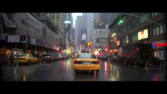 vidéos et rushes de ms driving on a rainy day in new york city / new york, united states - taxi