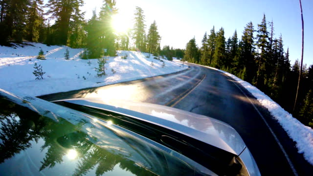 fahren auf a verschneiten straße: crater lake nationalpark - sports utility vehicle stock-videos und b-roll-filmmaterial