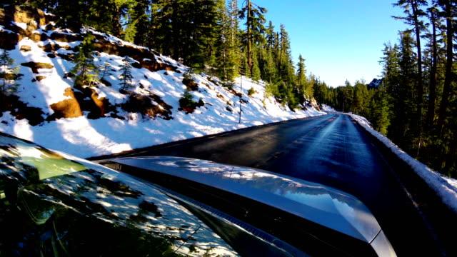 stockvideo's en b-roll-footage met rijden op een besneeuwde weg: kratermeer nationaalpark - oregon amerikaanse staat
