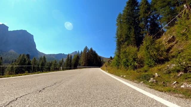 緑の景色に囲まれた曲がりくねった山道を走行 - 囲む点の映像素材/bロール
