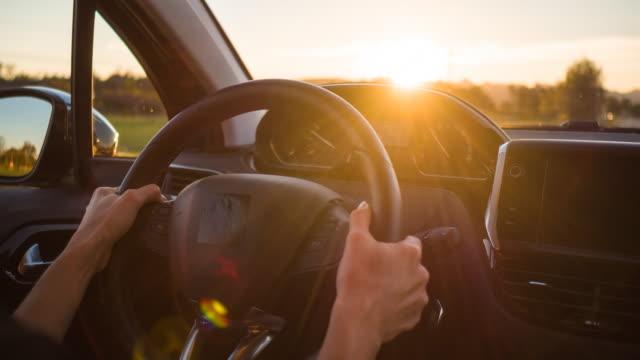 vidéos et rushes de conduite sur une route de campagne vide au coucher du soleil - monter sur un moyen de transport