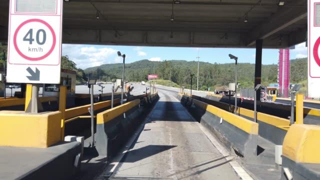 vídeos de stock e filmes b-roll de driving on bandeirantes highway and passing at toll. - cabina de portagem