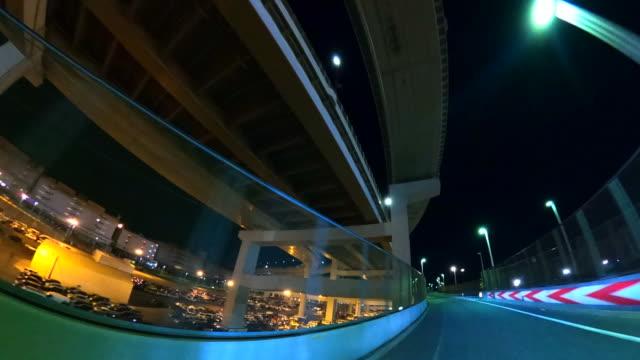 guidare sul ponte di notte - concorrente video stock e b–roll