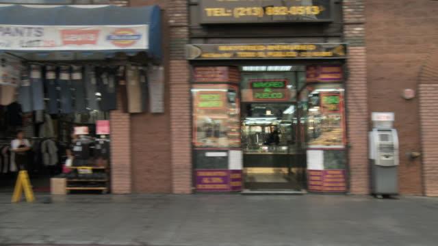 vídeos de stock, filmes e b-roll de ws pov driving on broadway avenue downtown / los angeles, california, usa - distrito financeiro