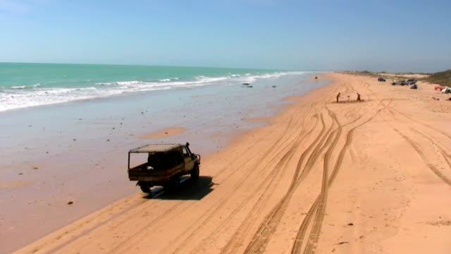 vídeos de stock, filmes e b-roll de hd: dirigindo em cable beach - cable