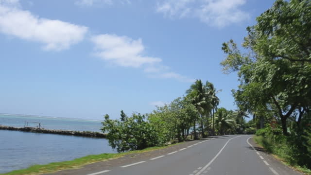 vídeos y material grabado en eventos de stock de driving on coastal island road in tahiti, point of view - polinesia francesa