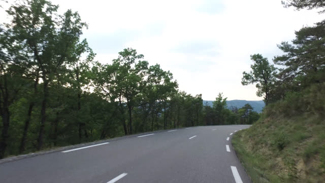 vidéos et rushes de pov driving  on countryside road - route de campagne