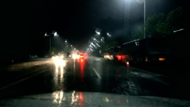 vídeos de stock, filmes e b-roll de dirigindo na noite escura de chuva - para brisa