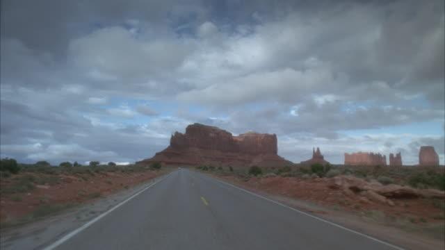vidéos et rushes de rear pov, driving on desert road  - piton rocheux