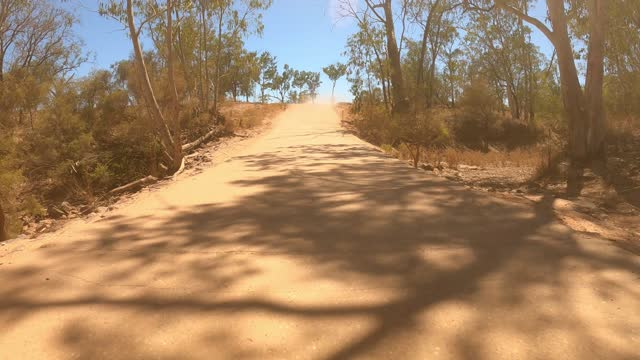vídeos de stock e filmes b-roll de driving on dirt country road, car point of view, outback australia - remote location