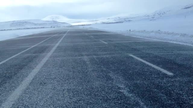 霧し、風の道と冬の雪で運転 - 凍った点の映像素材/bロール