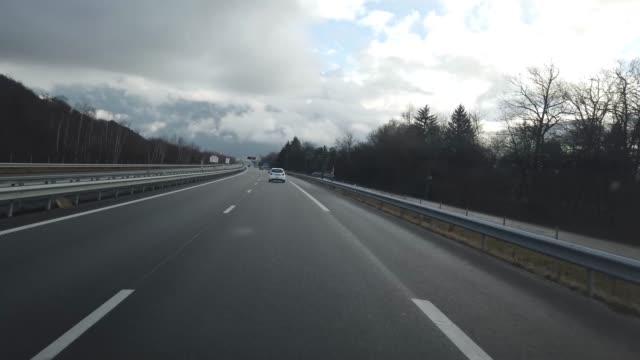 vidéos et rushes de pov conduite sur français autoroute à chamonix mont blanc - autoroute