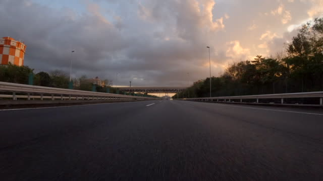 vídeos de stock, filmes e b-roll de dirigindo na rodovia ao anoitecer / retrovisor - pista asfaltada