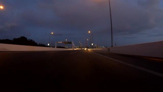 vídeos y material grabado en eventos de stock de conducir por carretera al atardecer / vista trasera - detrás