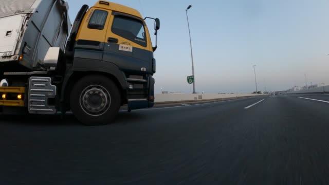 fahren auf der autobahn in der dämmerung - heavy goods vehicle stock-videos und b-roll-filmmaterial