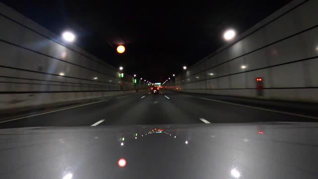 vídeos de stock, filmes e b-roll de condução na estrada à noite   bonnet - passe de bola