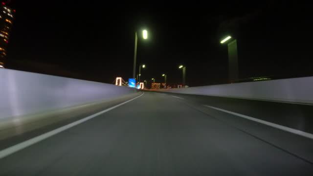 nachts auf der autobahn fahren / rückansicht - low angle view stock-videos und b-roll-filmmaterial