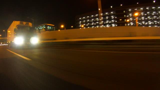 vídeos de stock e filmes b-roll de driving on highway at night - farol luz de veículo