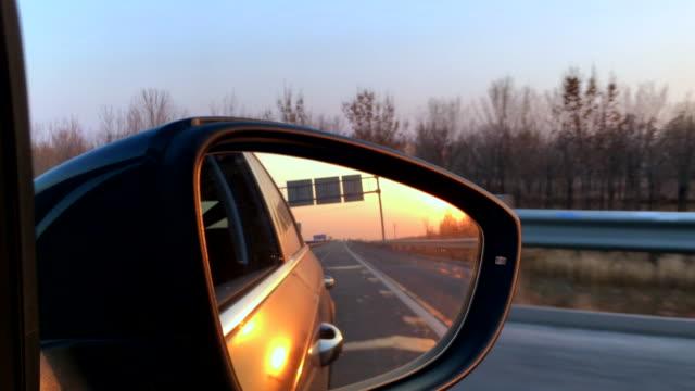 vídeos y material grabado en eventos de stock de driving on highway at sunset - retrovisor exterior