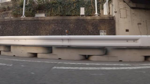 kör på motorvägen. sidovy från bilen / passerar under flera broar - fönsterrad bildbanksvideor och videomaterial från bakom kulisserna