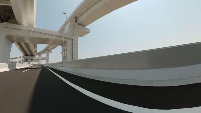 在高速公路上開車。從汽車的側視圖 - 側視 個影片檔及 b 捲影像