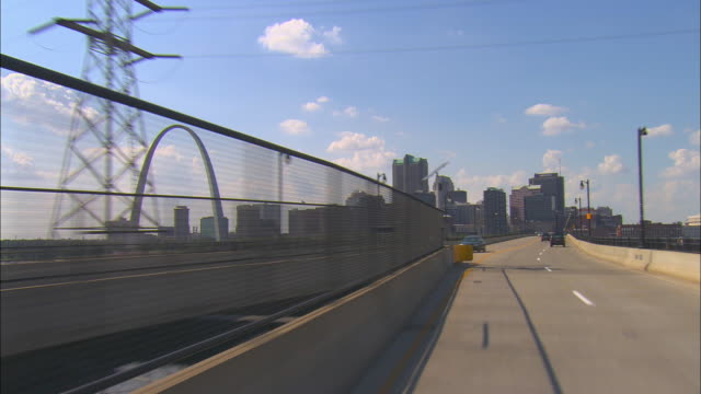 pov, driving on highway, st. louis skyline in distance, missouri, usa - ミズーリ州 セントルイス点の映像素材/bロール