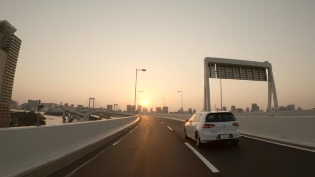 körning på motorväg / solnedgång / rainbow bridge / slow motion - fordon på land bildbanksvideor och videomaterial från bakom kulisserna
