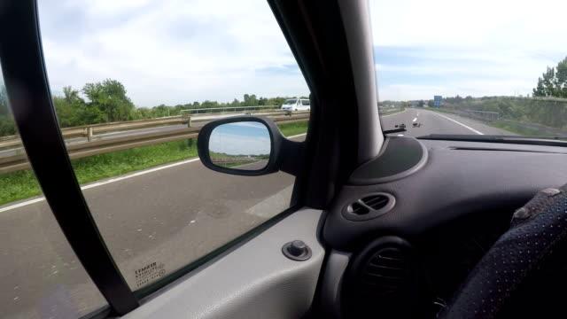 vídeos y material grabado en eventos de stock de por la carretera - estribo de coche
