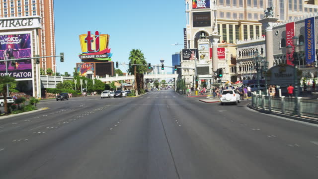 driving on las vegas blvd. in slow motion. - tabellone video stock e b–roll