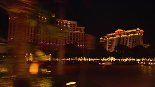 stockvideo's en b-roll-footage met side pov, driving on las vegas boulevard at night, las vegas, nevada, usa - waaierpalm