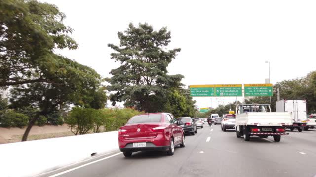 vídeos de stock e filmes b-roll de driving on marginal tiete, sao paulo - sinal de estrada