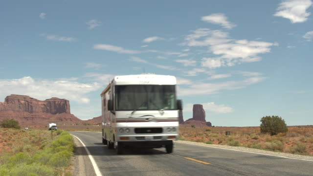 vidéos et rushes de driving on monument valley country road - monument valley