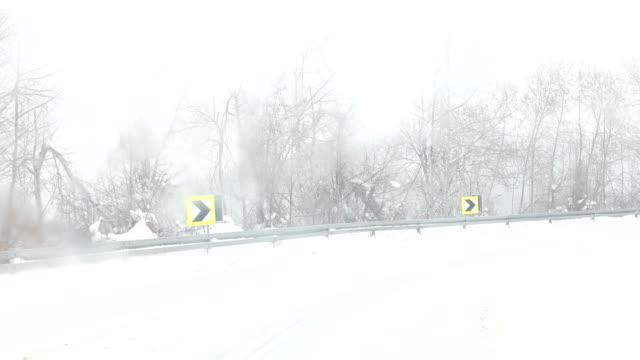 vídeos de stock, filmes e b-roll de dirigindo na estrada de montanha no inverno - chuva congelada