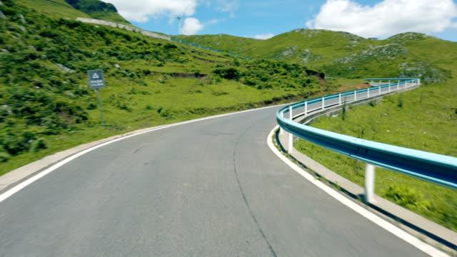vidéos et rushes de conduite sur la route de montagne,guizhou, chine. - qui monte