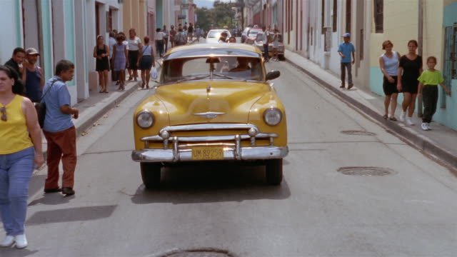 vidéos et rushes de rear pov, driving on narrow street, santiago de cuba, cuba  - étroit
