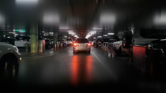 vidéos et rushes de conduire sur le parking la nuit. - impact