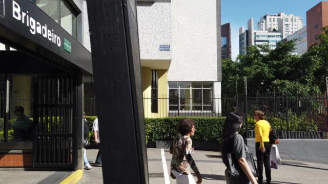 vídeos de stock, filmes e b-roll de dirigindo na avenida paulista - calçada