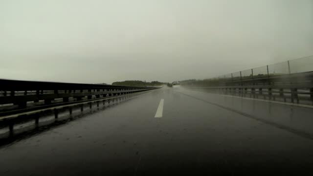 Fahren Sie auf dem Highway POV regnerisch