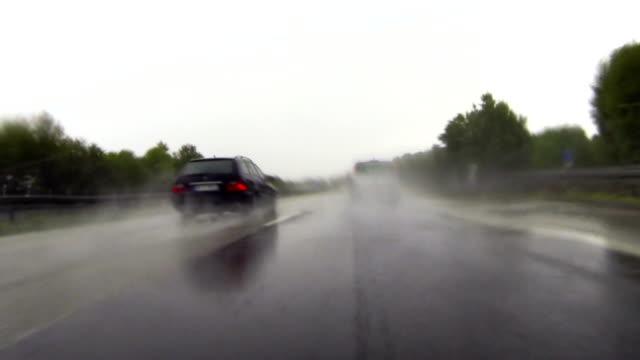POV fahren an regnerischen Highway