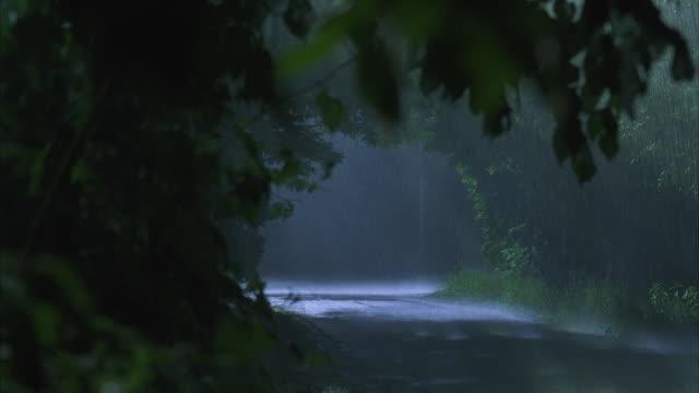 vídeos y material grabado en eventos de stock de ws suv driving on rural road in heavy rain at night - suv
