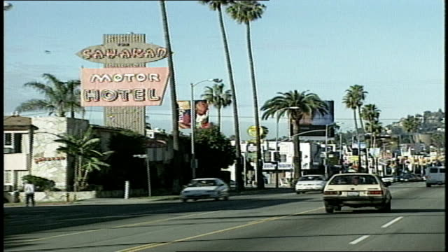 driving on sunset boulevard los angeles - sunset boulevard stock-videos und b-roll-filmmaterial