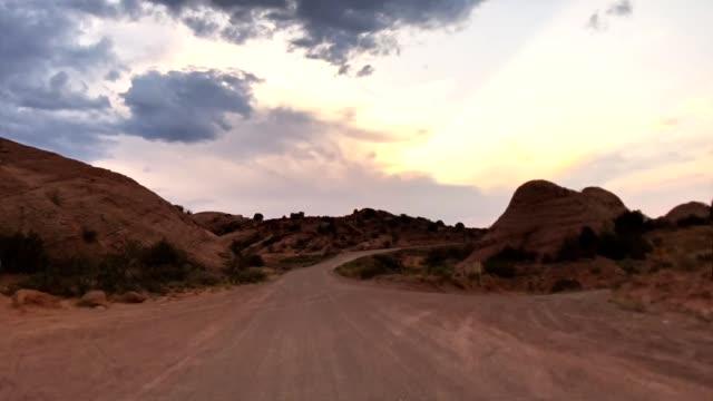 fahren auf dem bögen nationalpark - ländliche straße stock-videos und b-roll-filmmaterial