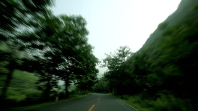 vidéos et rushes de conduite sur la route de campagne - procédé croisé