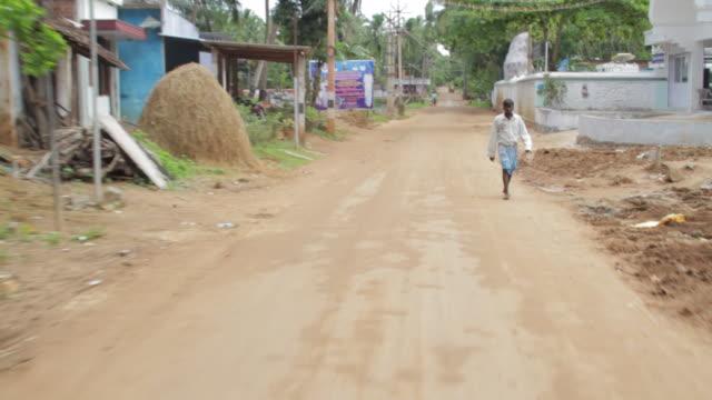 driving on the dirt roads of muttom india - beifahrersitz oder rücksitz stock-videos und b-roll-filmmaterial