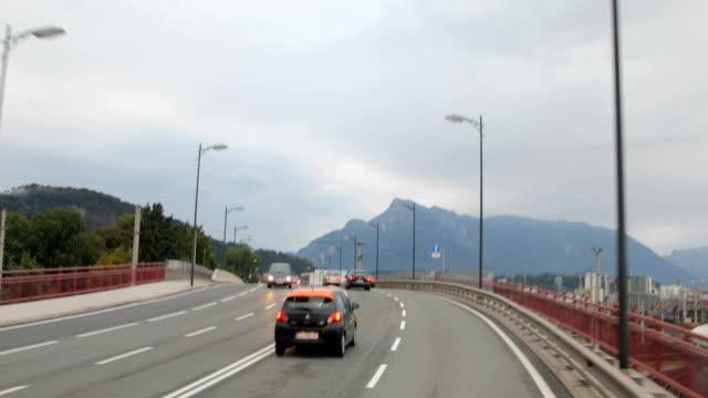 Fahren auf der Autobahn durch die Bergkette