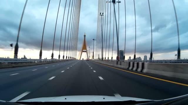 Fahren Sie auf dem Highway Kabel-Brücke in der Abenddämmerung