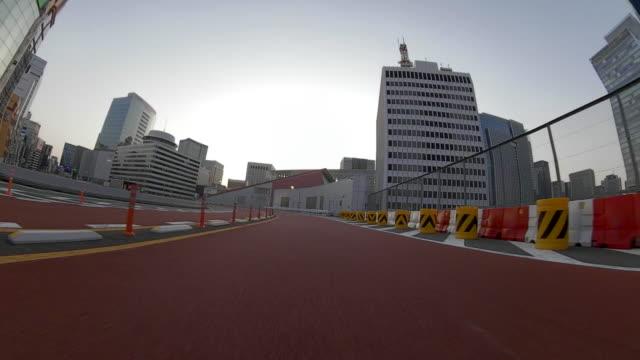 vídeos y material grabado en eventos de stock de conducir por la autopista / vista trasera / anochecer - señal de circulación