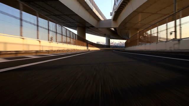 Fahren Sie auf der Autobahn -hinten Aussicht