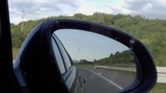 fahren auf der autobahn - verkehrsschild stock-videos und b-roll-filmmaterial